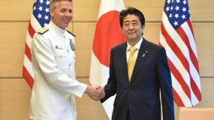Ảnh minh họa: Đô đốc Philip S. Davidson (T), chỉ huy trưởng lực lượng Mỹ tại Ấn Độ-Thái Bình Dương và thủ tướng Nhật Shinzo Abe tại Tokyo ngày 21/06/2018.