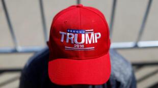 图为支持特朗普的选民戴着写有特朗普名字的帽子