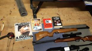 Cette image publiée par le service de presse de la police italienne le 28 novembre 2019 montre des armes et des livres nazis sur le dictateur Benito Mussolini découvert lors d'une perquisition au domicile de 19 suspects dans tout le pays.