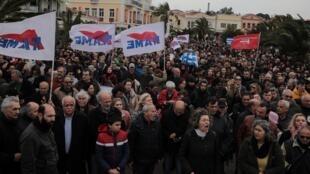 Les habitants, qui s'opposent à la construction d'un nouveau centre de détention pour migrants manifestent dans la ville de Mytilène, sur l'île de Lesbos, le 27 février 2020.