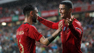 Bruno Fernandes (esquerda) e Cristiano Ronaldo (direita) festejam o segundo golo de Portugal frente à Argélia.