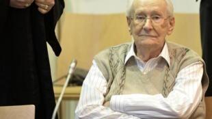 O genocida Oskar Gröning durante seu processo em Luneburg em 2015
