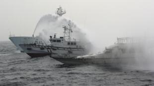 台湾保钓船全家福号再度前进钓鱼岛逼近16海里,并受到日本海上警卫船只阻击。