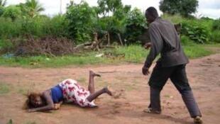 As mulheres em África continuam a ser frequentemente alvo de violência.