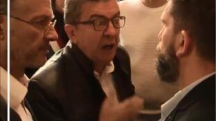 Imagem do vídeo de Mélenchon discutindo com policiais em Paris.