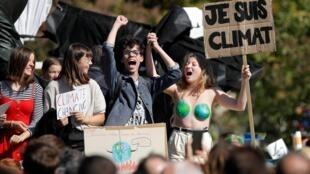 Adolescentes franceses na passeata da greve global contra o clima, em Paris.
