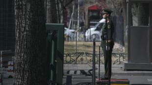 Um oficial da polícia militar chinesa na entrada da embaixada norte-coreana em Pequim, em 8 de março de 2017. O ministro das Relações Exteriores da China pediu que a Coreia do Norte suspenda suas atividades balísticas e nucleares.