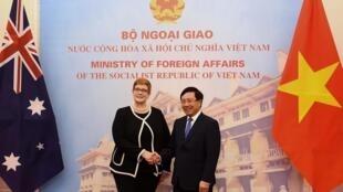 Ngoại trưởng Úc Marise Payne (T) và đồng nhiệm Việt Nam Phạm Bình Minh trong cuộc gặp tại Hà Nội, ngày 12/06/2019