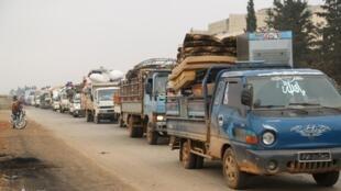 Une file de camion transportant des gens fuyant Maarat al-Numan au nord d'Idleb le 24 décembre 2019.