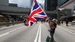 Một người cầm cờ Anh đi biểu tình chống luật dẫn độ tại trung tâm Hồng Kông, ngày 21/06/2019.