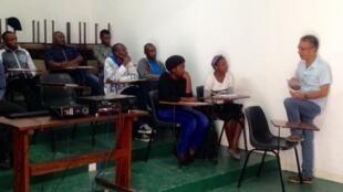 O professor José Pessoa durante uma aula de português brasileiros para jovens moçambicanos.