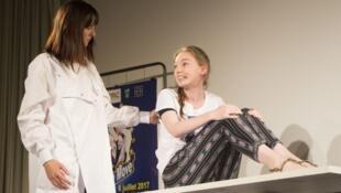 Estudiantes de medicina interpretan roles de doctor y paciente para aprender mejor los síndromes de algunas enfermedades neurológicas.