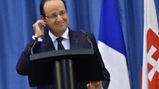 François Hollande anuncia a libertação dos reféns em viagem à Eslováquia.