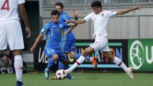 Francisco Trincão (direita), avançado português do SC Braga, marcou dois golos frente à Ucrânia nas meias-finais do Campeonato da Europa Sub-19.