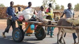 Sur la route de Bandiagara au Mali. Ce cercle de la région de Mopti est régulièrement sujet à des affrontements intercommunautaires.