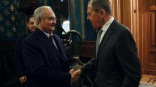 Thống chế Khalifa Haftar, lãnh đạo lực lượng Quân đội Quốc gia Libya bắt tay ngoại trưởng Nga Sergei Lavrov trước cuộc họp tại Matxcơva, ngày 13/01/2020.