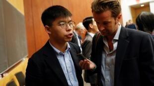 Nhà hoạt động Hồng Kông Hoàng Chi Phong trả lời báo chí tại đại học Colombia - New York ngày 13/09/2019.