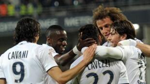 Ezequiel Lavezzi, do PSG, terceiro à esquerda, felicitado por colegas, depois de marcar o segundo golo, frente ao Montpellier, transformando o clube parisiense, em campeão nacional, de futebol, 2015.