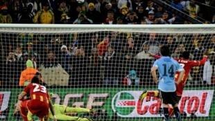 Le Ghanéen Gyan frappe un penalty sur la barre à la 120e minute : la chance tourne en faveur de l'Uruguay.