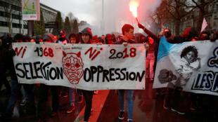 """""""Nem Seleção, nem Opressão"""", diz uma das faixas da manifestação pela convergência de """"lutas"""" entre ferroviários e estudantes universitários em Nantes, em 7 de abril de 2018."""