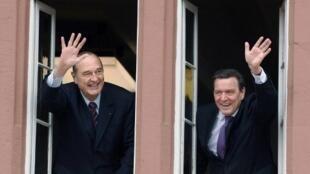 Jacques Chirac et le chancelier allemand Gerhard Schröder saluent depuis une fenêtre de la mairie de Blomberg, en Allemagne, le 7 mars 2007.