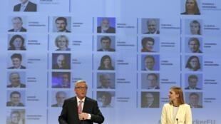 O novo presidente da Comissão Europeia, Jean-Claude Juncker, durante apresentação de sua equipe, em Bruxelas, ao lado da porta-voz Natasha Bertaud.