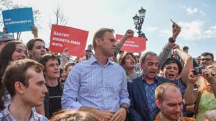 O opositor Alexeï Navalny antes de ser detido na manifestação anti-Putin neste sábado (5), em Moscou.