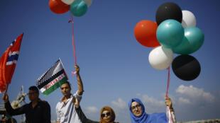 """Palestinos homenageiam o """"Barco das Mulheres"""" com bolas das cores de sua bandeira em 5 de outubro de"""
