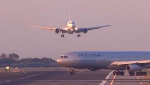 Chiếc Airbus A340 đang băng qua đường băng trong khi chiếc Boeing 767 sắp hạ cánh..