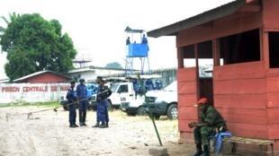 Des policiers congolais et des soldats de l'ONU montent la garde après la mutinerie, à la prison de Makala à Kinshasa, le 2 juillet 2013 (illustration).
