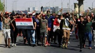 Des jeunes manifestent dans les rues de Bagdad, le 4 octobre 2019.