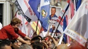 Delação de políticos corruptos cai como uma bomba na campanha presidencial, diz o jornal português O Público. Na foto, comício da presidente Dilma Rousseff.