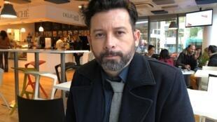 O escritor João Paulo Cuenca, em Paris.