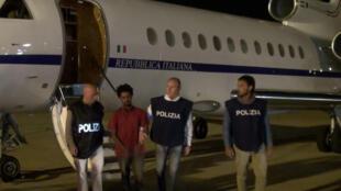 Les policiers italiens escortent Medhanie, un jeune Erythréen présenté comme un trafiquant, mais qui ne serait qu'un migrant, à Palerme, le 8 juin 2016.