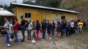 Migrantes da América Central e outros países fazem fila no posto fronteiriço de Agua Caliente, fronteira entre Honduras e Guatemala, no município de Ocotepeque, Honduras, em 23 de dezembro de 2016.