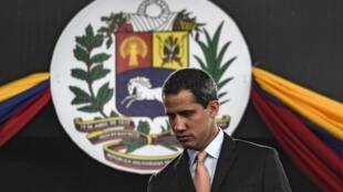 L'opposant Juan Guaido a renoncé à présider une séance du Parlement dans l'hémicycle. Des députés de l'opposition ont affirmé que des groupes de civils armés, soutien de Nicolas Maduro, leur ont tiré dessus.