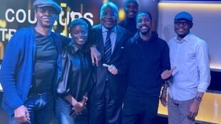 Claudy Siar, Dolorès Bakela, Blaise Mendjiwa, Terry Noiran, Stomy Bugsy et Prince Bafoulo sur le plateau du Talk-show de Couleurs Tropicales.
