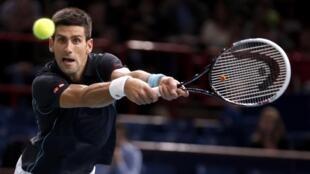 Novak Djokovic durante partida contra o francês Pierre-Hugues Herbert no torneio de Paris-Bercy.
