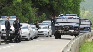Косовская полиция возле города Зубин Поток на севере страны. 28 мая 2019 г.