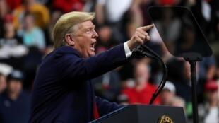 """Donald Trump disse novamente nesta segunda-feira que sua conversa com Zelensky havia sido """"irrepreensível""""."""
