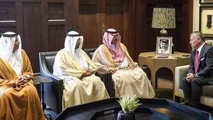 Le roi de Jordanie Abdullah II accueille les ministres des Finances saoudien, koweïtien et émirien, à Amman, le 4 octobre 2018.