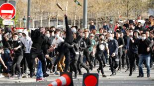 """数千巴黎华人集会示威,抗议警方""""暴力执法""""。2017-04-02"""