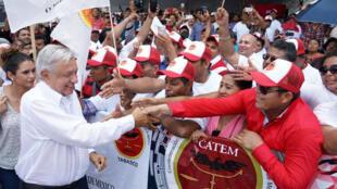Le président mexicain Andres Manuel Lopez Obrador salue ses soutiens, au port de Dos Bocas, à Paraiso, Mexique, le 2 juin 2019.