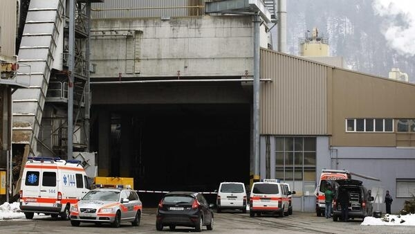 Pelo menos três pessoas morreram e sete ficaram gravemente feridas no tiroteio na fábrica de madeira do grupo Kronospan, em Menznau.