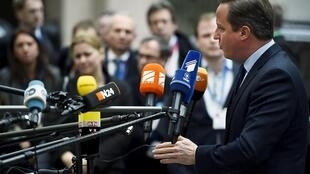 El primer ministro británico, David Cameron, habla con los medios antes de la cumbre europea sobre el Brexit y la crisis de los migrantes, Bruselas, 18 de febrero de 2016.