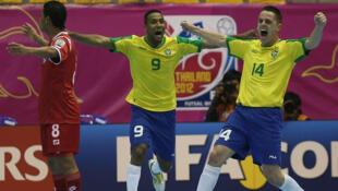 Brasil comemora vitória em jogo contra o Panamá.