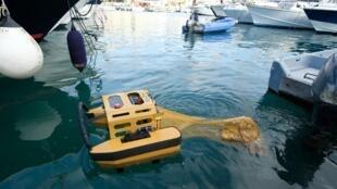 Le robot aquatique Jellyfishbot ramasse des déchets flottants dans le port de Cassis, en janvier 2018.