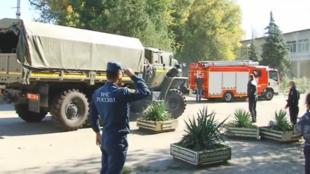 Trước cổng trường Kertch, tại bán đảo Crimée, nơi diễn ra vụ nổ và xả súng khiến 19 người thiệt mạng, ngày 17/10/2018.
