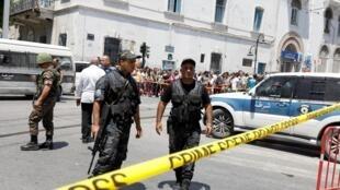 Dois atentados suicidas visando a polícia deixaram um morto e ao menos oito feridos nesta quinta-feira na Tunísia.