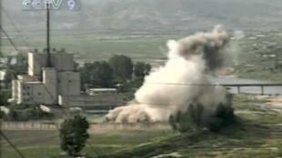 Hình ảnh Truyền hình Trung ương Trung Quốc (CCTV) đưa tin Bắc Triều Tiên đã cho phá tháp làm lạnh trong cơ sở hạt nhân Yongbyon hôm 27/06/2008.